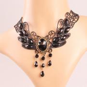 Fesyen Black Wings dengan Kalung permata Lace