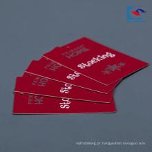 Preço de fábrica feito sob encomenda da etiqueta do cair da roupa do papel de arte da cor vermelha do logotipo