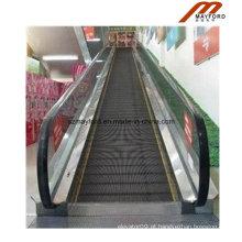 Escadas rolantes do carrinho de compras que movem a caminhada com iluminação do corrimão