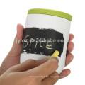 Chalk tablero especias y jarras de hierbas con cuchara y tapa de silicona