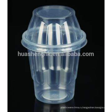 Одноразовая пластиковая чашка мороженого с фруктами мороженого