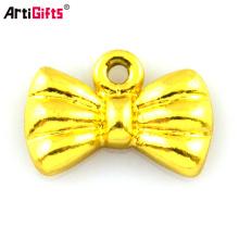 encantos colgantes chapados en oro