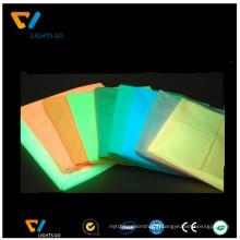 pigment photoluminescent jaune-vert / lueur dans le tissu de polyester foncé