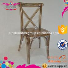 Chaise en bois à l'arrière