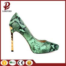 Зелёные змеевики тонкие женщины на высоких каблуках