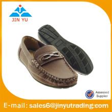 Zapatos cómodos del loafer cómodo del hombre