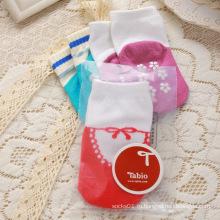 Очаровательны младенцев носки разноцветными узорами внутри отрезока гильзы с противоскользящим точек