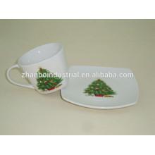 Фарфоровая чашка кофе эспрессо и блюдце с прекрасным дизайном елки
