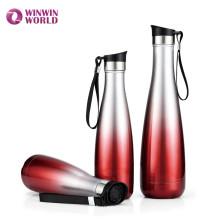 Água quente isolada colorida que bebe a garrafa térmica de aço inoxidável de Thermos