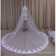 Langer Brautschleier mit Spitze