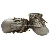 Zapatos de cuero del bebé de las borlas de oro