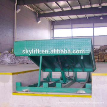 Nivelador de doca de armazém para carregamento de caminhões