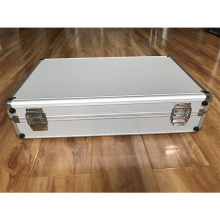 Verpackungsbox aus Edelstahllegierung mit ausgeschnittenem Schaum
