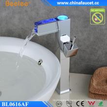 Robinet de lavabo électrique de changement de couleur de la lumière LED de salle de bains