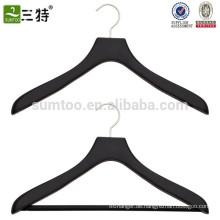 Kleiderbügel aus schwarzem, gummiertem Holz