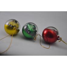 Vários estilos de bolas de Natal com presente relativo à promoção de Natal