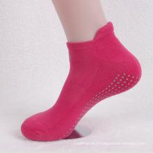Chaussettes de sport de cheville de demi de coton de yoga avec la semelle antidérapante (WA704)