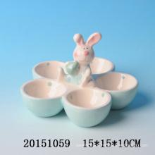 Beau plateau de copeaux à base de lapin de lapin de Pâques