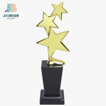 27.5*10см дешевые пользовательские три звезды Золотые награды металла трофей с деревянным основанием