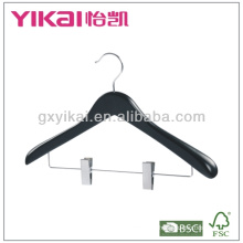 Preto cabide de madeira com ombros largos e clipes de metal