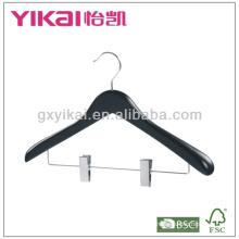 Черная деревянная вешалка для одежды с широкими плечами и металлическими клипсами