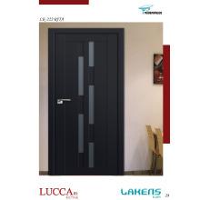 Schwarz lackierte geformte Innentür mit dekorativem farbigem Glas