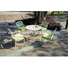 Table blanche et KD chaises en aluminium