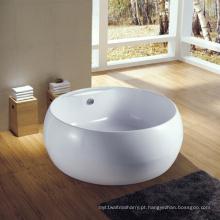Belo banho de imersão com banheira redonda de torneira