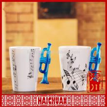 Taza blanca de porcelana con diseño de trompeta