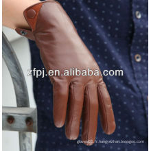 L'homme italien habille des gants en cuir marron en hiver