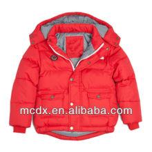 La nueva moda tenía un sombrero en la chaqueta roja para el niño