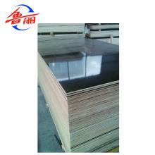 В строительстве используется черная или коричневая пленочная фанера