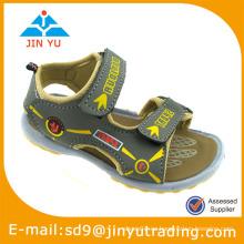 Zapatos de la acción del niño