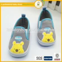 Sapatos de moda mais elegantes e sapatos de bebê com canas macias