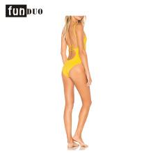 Gelbes Schwimmenabnutzungsfrauen reizvolles Strandkleid einteiliges Gelbes Schwimmenabnutzungsfrauen reizvolles Strandkleid einteilig