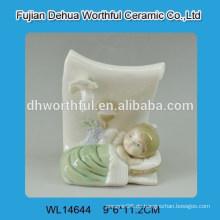 Keramikdekoration mit Babyfigur