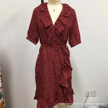 Frauen zeigen lose Spitze Kleid mit Gürtel