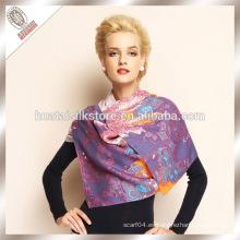 Las señoras forman la bufanda 100% del mantón de las lanas