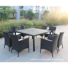 Table extérieure de meubles de jardin en osier avec des chaises