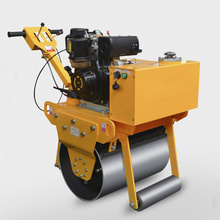 un rodillo compactador cilíndrico de hierro