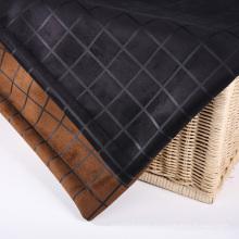 Проверяет дизайн замшевых тканей для одежды