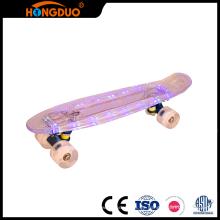 El mini longboard de la calidad de Superier llevó el monopatín con cuatro ruedas
