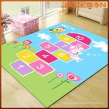 Hopse-Kinder, die Matte Teppich spielen