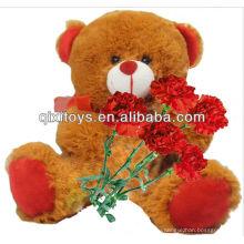 День подарков матери плюшевые сидит плюшевый медвежонок с красной гвоздикой