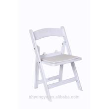 Chaises pliantes en plastique blanc rembourrées