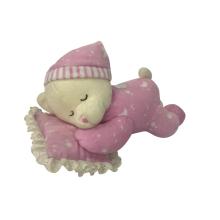 Плюшевый мишка спит на подушках розовый