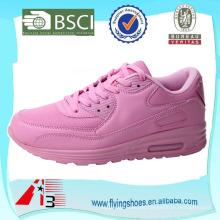 La manera de China calza la fábrica de zapatos la muchacha de la manera calza