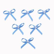 Arco de la cinta del satén del azul con la perla