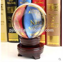 Charmosa bola de cristal claro com base de madeira para peça central de mesa à venda