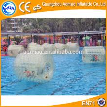 Rouleau d'eau gonflable à balles flottantes à réservoir d'eau intéressant avec valve